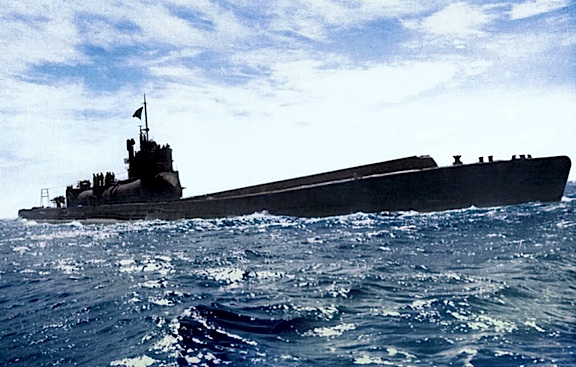 This authentic (color-enhanced) B&W WWII photo of an I-400 sub at sea gives an idea of just how long and imposing they were. Absolutely breathtaking! (Photo: Rtas Vaduum)