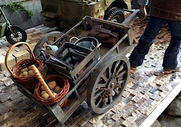 Angelo also built this smaller pull-cart, but it is no less detailed or well-made than the wagon. Absolutely WONDERFUL! (Photo: Angelo D'Annibale)