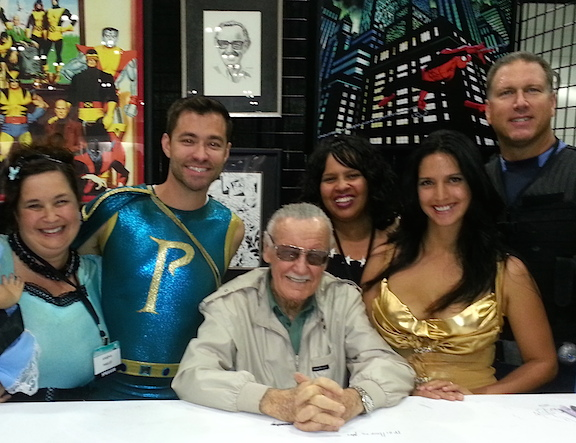 Cast members huddle up with Stan Lee for one of many photos during the show's recent reunion. (Photo: