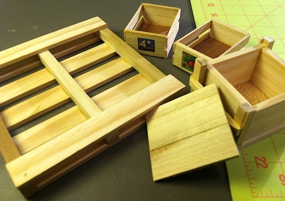 EXCLUSIVE JUMBO PIC— Garrett graced us with these superb samples of his work at Joelanta 2013. The fit, finish and quality are all TOP-NOTCH. For a super closeup of these intricate boxes, crates and pallet, click to enlarge. (Photo: Mark Otnes)